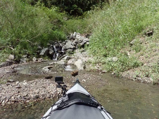湖に流れ込む小川