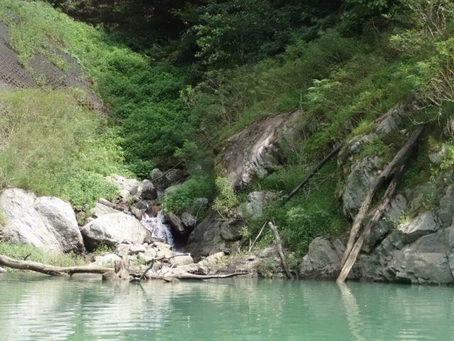 出艇場所からダム側の小川