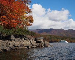 桧原湖 紅葉と遊覧船