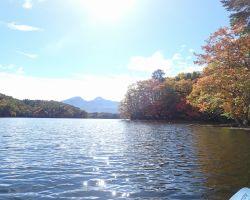 湖中央北側から磐梯山