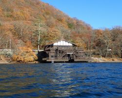 湖面から中禅寺湖畔ボートハウス
