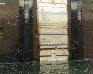 運河内の水位表示