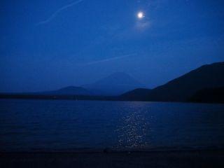 月の光に照らされる富士山
